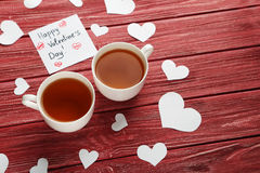 Coeurs d'amour avec des tasses de thé Photo stock