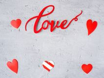 Coeurs d'AMOUR et de papier d'inscription sur un fond concret de l'espace de copie de jour du ` s de Valentine Photos stock