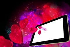 Coeurs d'amour sortant d'un PC de Tablette Image stock