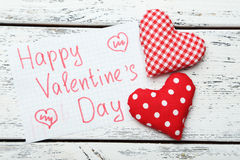 Coeurs d'amour sur le fond en bois blanc Image libre de droits