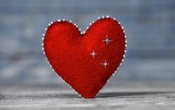 Coeurs d'amour sur le fond en bois de texture Concept de carte de jour de valentines Coeur pour le fond de jour de valentines Photos libres de droits