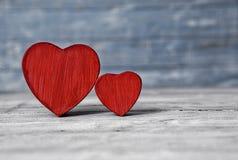 Coeurs d'amour sur le fond en bois de texture Concept de carte de jour de valentines Coeur pour le fond de jour de valentines Photo stock