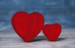 Coeurs d'amour sur le fond en bois de texture Concept de carte de jour de valentines Coeur pour le fond de jour de valentines Images libres de droits