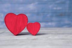 Coeurs d'amour sur le fond en bois de texture Concept de carte de jour de valentines Coeur pour le fond de jour de valentines Photographie stock