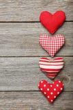 Coeurs d'amour sur le fond en bois gris Photographie stock