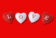 Coeurs d'amour sur le fond rouge Images libres de droits