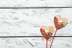 Coeurs d'amour sur un fond en bois blanc Photo libre de droits