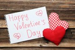 Coeurs d'amour sur un fond en bois brun Image stock
