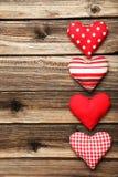 Coeurs d'amour sur un fond en bois brun Images libres de droits