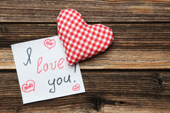 Coeurs d'amour sur un fond en bois brun Images stock