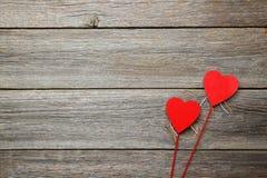Coeurs d'amour sur un fond en bois gris Photo libre de droits