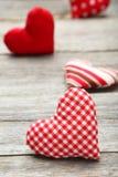 Coeurs d'amour sur un fond en bois gris Photographie stock