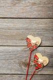 Coeurs d'amour sur un fond en bois gris Image libre de droits