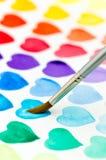 Coeurs d'aquarelle de peinture avec un pinceau Profondeur de f image stock