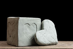 Coeurs d'argile bleu sur le conseil en bois Image stock