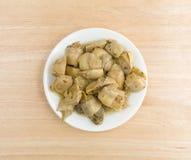 Coeurs d'artichaut marinés d'un plat placé sur une table Image stock