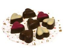 Coeurs d'isolement de chocolat sur un papier de dentelle Image stock