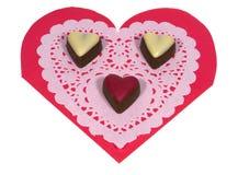 Coeurs d'isolement de chocolat sur un papier de dentelle Photographie stock