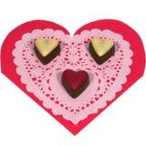 Coeurs d'isolement de chocolat sur un papier de dentelle Photos libres de droits