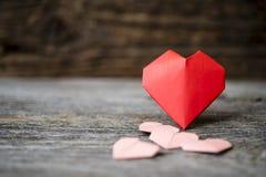 Coeurs d'origami sur le bois de Brown Image libre de droits