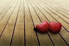 Coeurs dans l'amour sur la table Photo stock