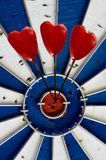 Coeurs dans un panneau de dard Image libre de droits