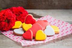 Coeurs de biscuit de pain d'épice avec des roses de jardin au-dessus du fond en bois Concept de carte postale de Saint Valentin Images libres de droits