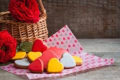 Coeurs de biscuit de pain d'épice avec des roses de jardin au-dessus du fond en bois Concept de carte postale de Saint Valentin Photos stock