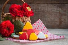 Coeurs de biscuit de pain d'épice avec des roses de jardin au-dessus du fond en bois Concept de carte postale de Saint Valentin Image libre de droits