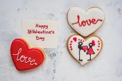Coeurs de biscuits avec amour blanc et rouge de glaçage pour le jour du ` s de Valentine Photo libre de droits