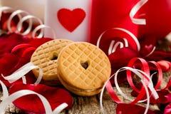 Coeurs de biscuits dans les pétales de rose et les bougies Foyer sélectif Photo libre de droits
