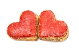 Coeurs de biscuits en glaçage rouge d'isolement Image libre de droits