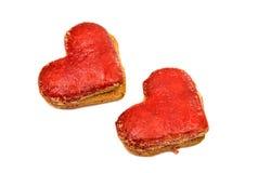 Coeurs de biscuits en glaçage rouge d'isolement Photos libres de droits
