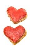 Coeurs de biscuits en glaçage rouge d'isolement Photo stock