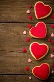 Coeurs de biscuits sur le vieux fond en bois Image stock