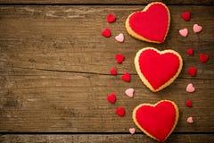 Coeurs de biscuits sur le vieux fond en bois Photographie stock libre de droits