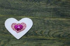 Coeurs de blanc et d'éclat sur le vieux fond en bois foncé Images libres de droits