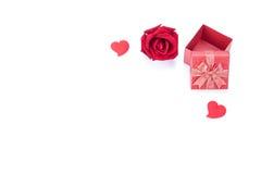 Coeurs de boîte-cadeau de jour de valentines, roses et de papier d'isolement Photo stock