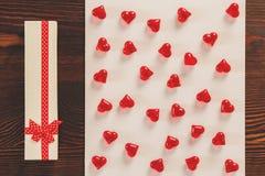 Coeurs de boîte-cadeau et de cristal Photographie stock libre de droits
