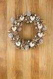 Coeurs de bouleau de guirlande de porte de Noël et cônes décorés de pin sur S Image libre de droits