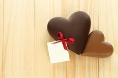 Coeurs de chocolat à noir et à lait sur le fond en bois Photos libres de droits
