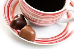 Coeurs de chocolat et cuvette de café Photos stock