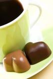 Coeurs de chocolat et cuvette de café Image libre de droits
