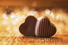Coeurs de chocolats sur un fond en bois Photographie stock