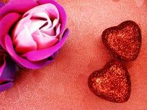 Coeurs de concept de vacances d'amour de jour du ` s de Valentine avec des roses sur brillant Images stock