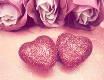 Coeurs de concept de vacances d'amour de jour du ` s de Valentine avec des roses sur brillant Image libre de droits