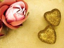 Coeurs de concept de vacances d'amour de jour du ` s de Valentine sur le backgr brillant d'or Photo libre de droits