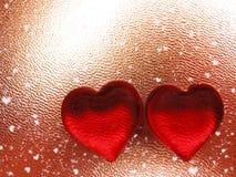 Coeurs de concept de vacances d'amour de jour du ` s de Valentine sur le backgro rouge brillant Photographie stock libre de droits