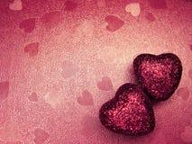 Coeurs de concept de vacances d'amour de jour du ` s de Valentine sur le backgro rouge brillant Photos stock