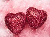 Coeurs de concept de vacances d'amour de jour du ` s de Valentine sur le backgro rouge brillant Photo libre de droits
